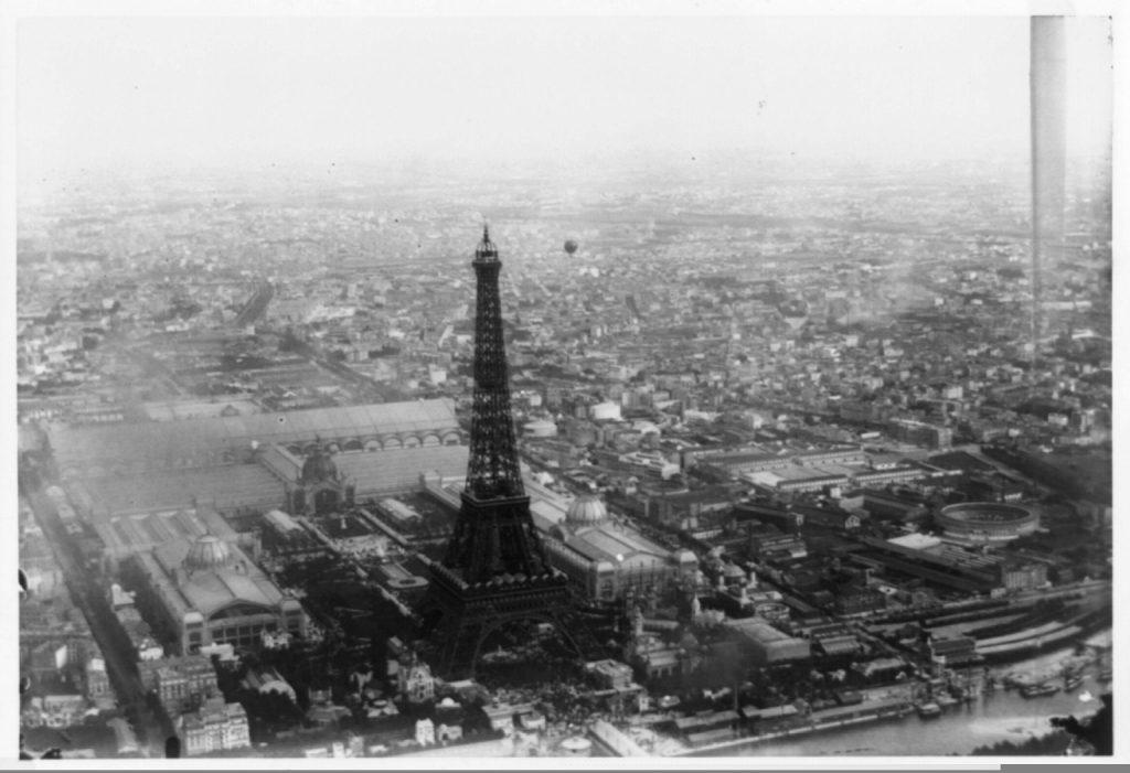 1. Fotografía aérea de la Exposición universal de París de 1889, motivo por el cual la torre fue construida.