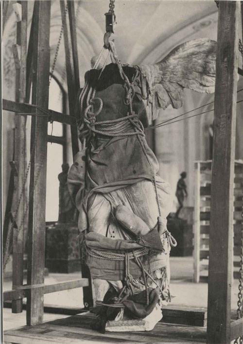 1. La Victoria de Samotracia durante la evacuación de las obras del Museo de Louvre