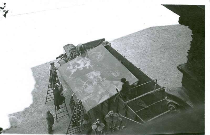 7. A finales de 1939, se cargaron camiones con miles de cajas