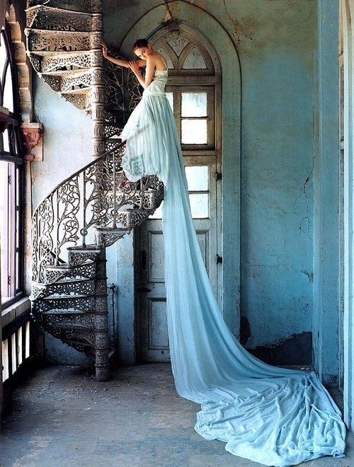 9. Tim Walker, Lily Cole en una escalera de caracol, India, 2005 BUENA
